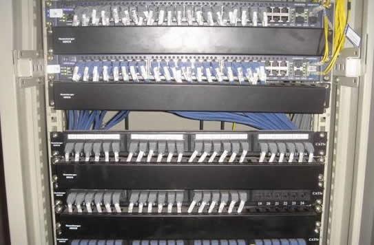 如下图: b,配线架独立一个网络柜,交换机独立一个网络柜,通过跳线跳通